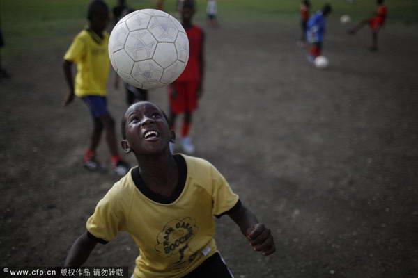 海地球迷赛前享足球乐趣