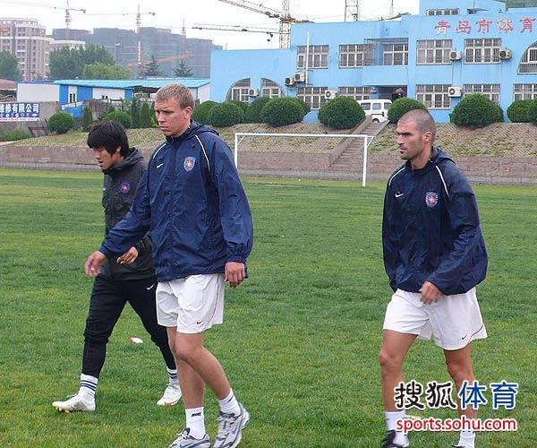 图文:[中超]青岛队迎试训外援 三外援慢跑