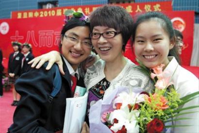 昨天,复旦附中毕业典礼暨成人仪式上,全体学生向父母、老师深深地鞠上一躬,向师长们献上鲜花表示感谢 晚报记者 陈焕联 现场图片