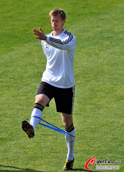 图文:德国队轻松备战世界杯  拉伸训练