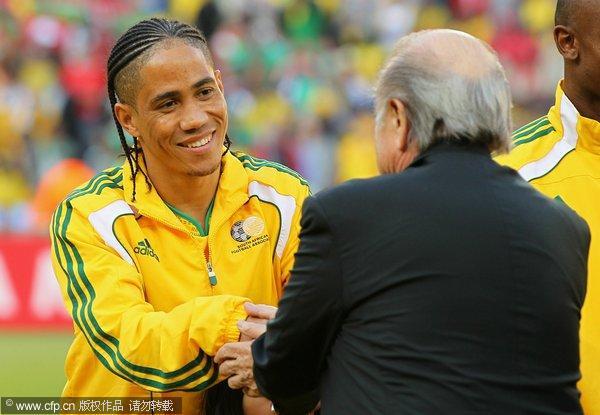 图文:南非世界杯揭幕战打响 布拉特皮纳尔握手