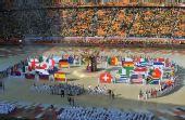 图文:2010南非世界杯开幕式举行 32强国旗入场