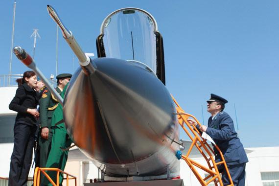 4月13日,外国驻华武官参观歼-10战机。