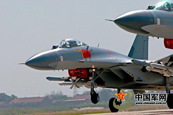 歼-11梯队起飞准备集合,进行编队训练。谭超摄