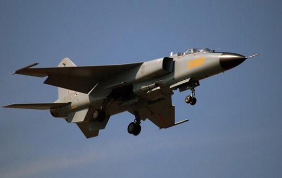 歼轰-7战斗轰炸机起飞。