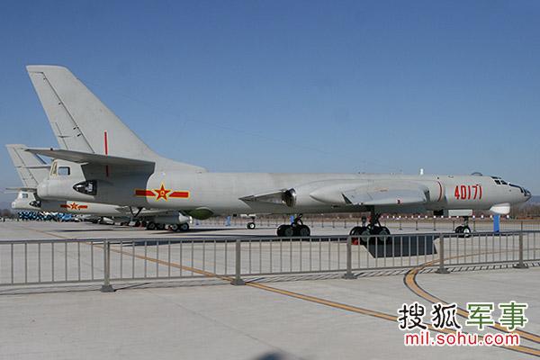 国产轰-6H轰炸机。摄影:刘峰