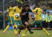 图文:南非战平墨西哥 瓜尔达多突破对手防守