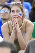 图文:法国球迷铁塔下狂欢 美艳女球迷吸引眼球