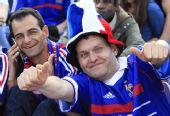图文:法国球迷铁塔下狂欢 对着镜头兴奋不已