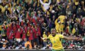 图文:南非战平墨西哥 沙巴拉拉在进球后庆祝