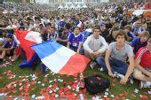 图文:法国球迷铁塔下狂欢 席地而坐静观比赛