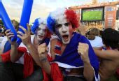 图文:法国球迷铁塔下狂欢 对着镜头激情呐喊