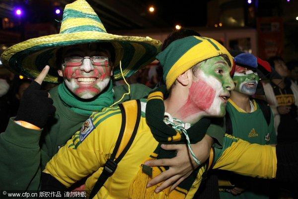 南非球迷集聚悉尼 球迷扮小丑