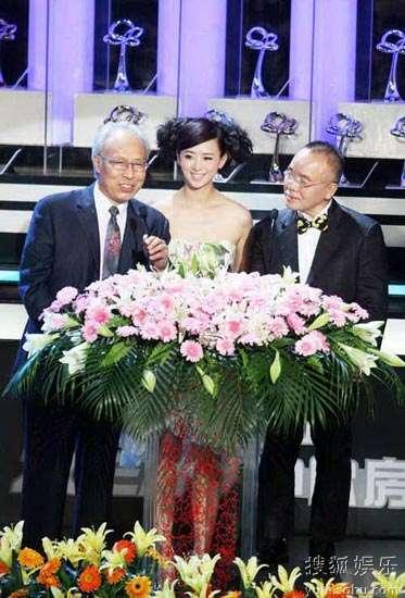 翁虹与丸山正雄先生及路盛章先生宣布获奖作品