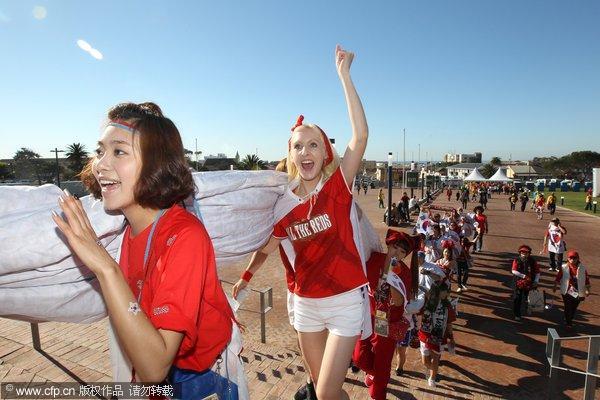 美女:韩国战希腊球迷比基尼v美女美女敲锣打鼓动漫控幻灯图片