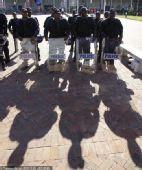 幻灯:韩国VS希腊 南非警察全副武装已准备就绪
