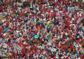 幻灯:首尔广场成为红色海洋 数万球迷冒雨助威