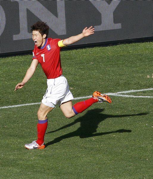 图文:小组赛韩国首战对阵希腊 朴智星庆祝进球