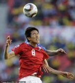 图文:亚洲首秀南非世界杯 金正友头球争顶