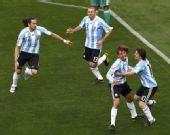 图文:阿根廷VS尼日利亚 队友和铁卫庆祝