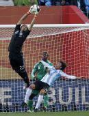 图文:阿根廷VS尼日利亚 守门员鱼跃救球