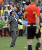 图文:阿根廷VS尼日利亚 老马向裁判做鬼脸
