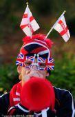 幻灯:英美大战即将打响 球迷全副武装助威赛场