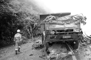 被巨石砸中的货车,驾驶室整个被压得扁平 通讯员 蒋勇 摄