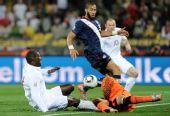 图文:小组赛英格兰VS美国 赫斯基铲翻霍华德