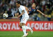 图文:小组赛英格兰VS美国 邓普希脚尖勾球