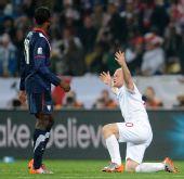 图文:小组赛英格兰VS美国 鲁尼单膝跪地