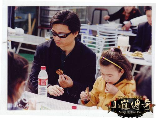 崔永元女儿_图:崔永元和女儿一起吃鱼-搜狐娱乐播报
