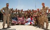 幻灯:世界杯走进战地 驻阿富汗英美军激情助阵