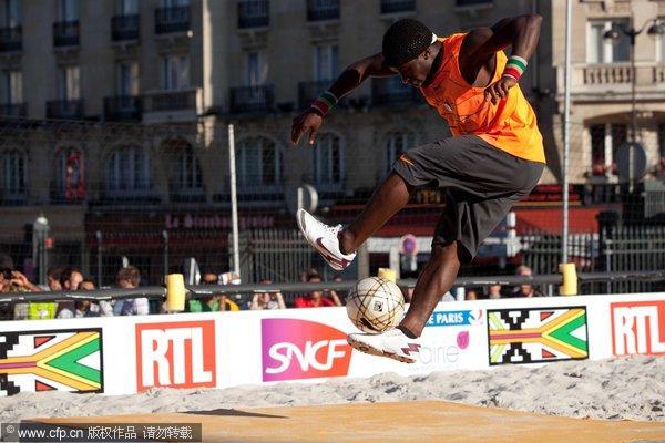 自由式沙滩足球挑战赛上演