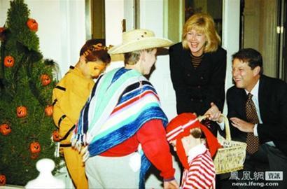 1993年,戈尔与妻儿过万圣节
