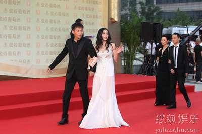 陈冲亮相红毯.身着品牌透视长礼裙的姚晨优雅性感,让刘烨惊高清图片