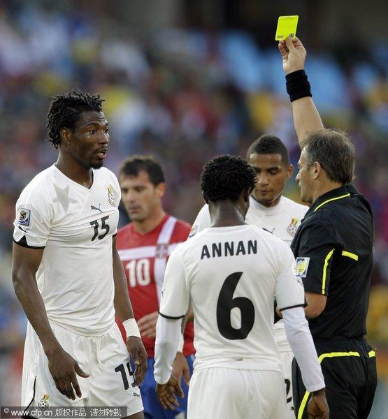 加纳队员领黄牌