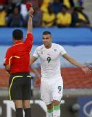 图文:斯洛文尼亚1-0阿尔及利亚 格萨尔吃红牌