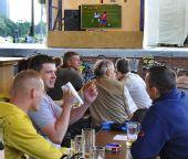 图文:德国4-0横扫澳大利亚 球迷酒吧观战