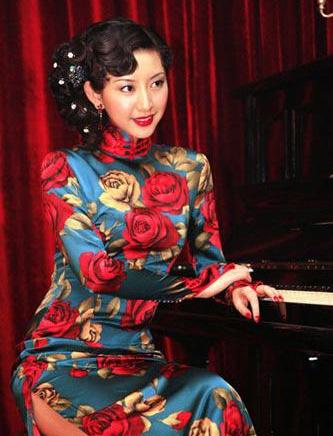 了旧上海喧嚣的歌舞厅中
