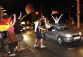 图文:德国球迷酷爱飙车庆祝 两美女欢呼