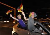 图文:德国球迷酷爱飙车庆祝 兴奋球迷不惧危险