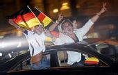 图文:德国球迷酷爱飙车庆祝 美女露小蛮腰