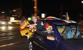 图文:德国球迷酷爱飙车庆祝 这车有点挤