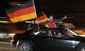 图文:德国球迷酷爱飙车庆祝 高举德国国旗