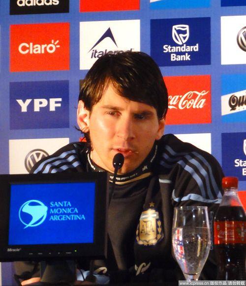 图文:阿根廷队召开发布会 梅西回答问题