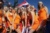 幻灯:荷兰丹麦球迷赛前斗法 橙衣拥趸美女如云