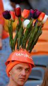幻灯:荷兰丹麦球迷怪异着装 工人帽头顶郁金香