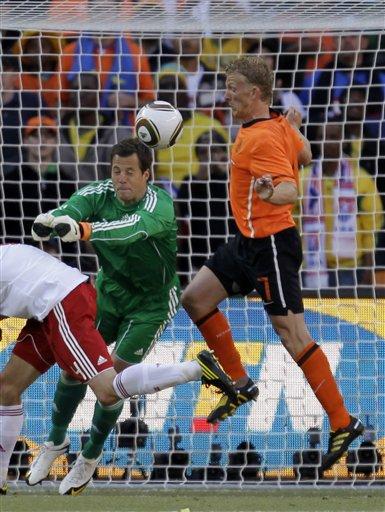 图文:荷兰2-0战胜丹麦 丹麦门将出击