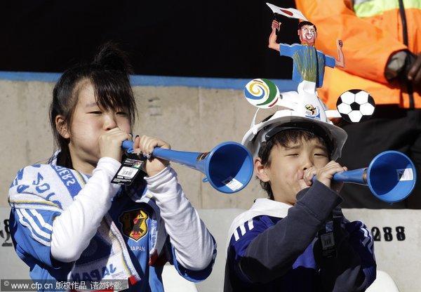 日本 曾战/幻灯:日本VS喀麦隆球迷化身蓝魔幼齿女吹喇叭